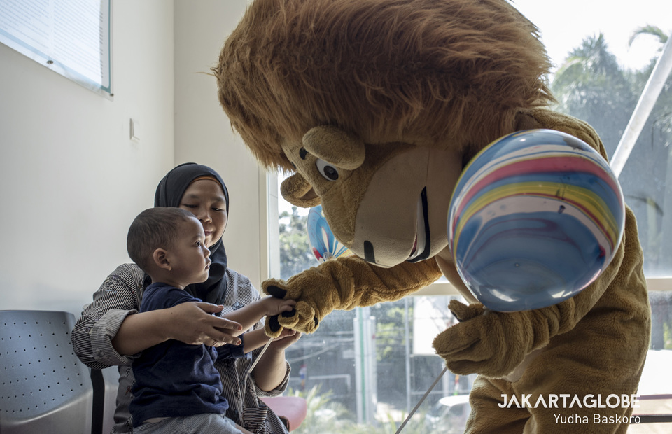 The lion tries to approach a child who is scared and lonely when undergoing hospitalization. (JG Photo/Yudha Baskoro)