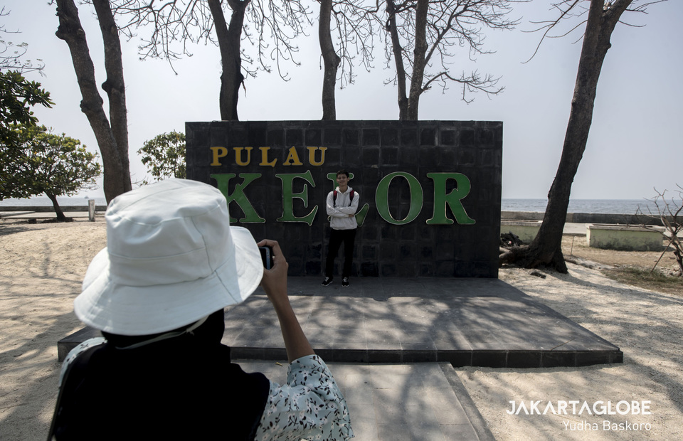 Visitors take a selfie in front of Kelor Islands welcoming monument on Sunday (28/07) Kelor Island was once a place of burial, including the bodies of the rebels Zeven Provincien ship. In Dutch, the island is named Kerkhof Eiland which means Funeral Island. (JG Photo/Yudha Baskoro)