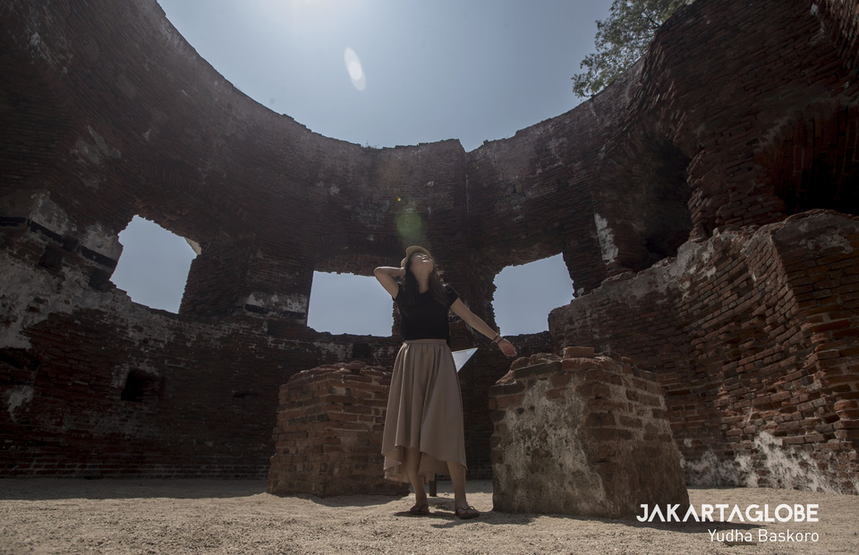 Visitor enjoying sun bathed inside the Martello fort in Kelor Island, Kepulauan Seribu on Sunday (28/07) Martello fort was built by the Dutch in 1850 as part of the Batavia city sea defense system. (JG Photo/Yudha Baskoro)