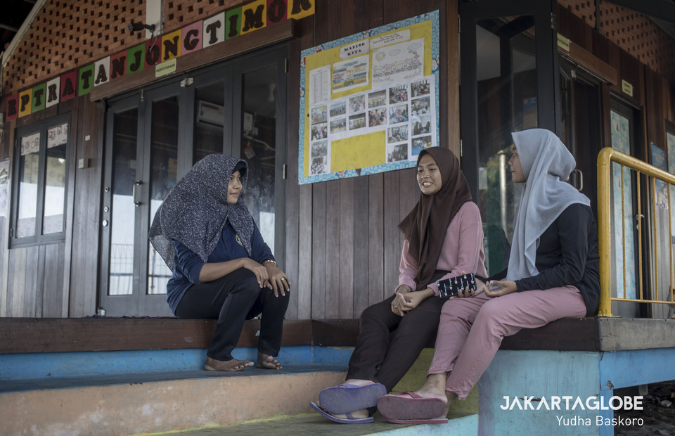 Salsa discusses current social issues chats with her friends. (JG Photo/Yudha Baskoro)