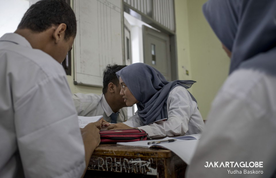 Salsa takes part in an intense discussion in class. She wants to become a doctor after graduating from high school next year. (JG Photo/Yudha Baskoro)