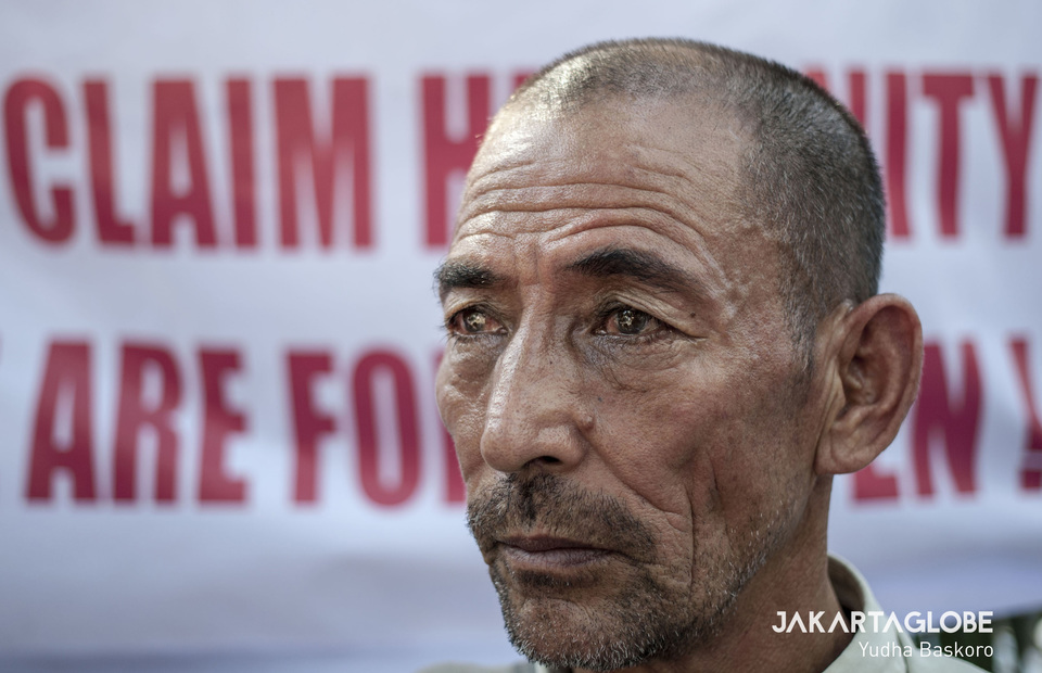 A refugee from Afghanistan almost cried when protesting in front of the UNHCR building at Central Jakarta on Wednesday (07/08) (JG Photo/Yudha Baskoro)