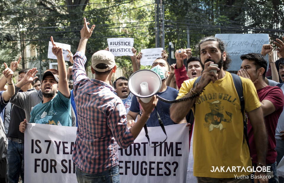 50 refugees from Afghanistan, Iraq, Iran and Pakistan held a protest in front of the UNHCR office at Central Jakarta on Wednesday (07/08) (JG Photo/Yudha Baskoro)