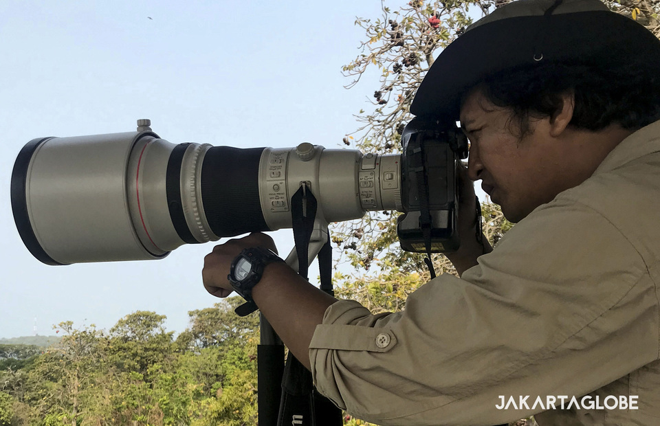 Jakarta Globe photographer, Yudha Baskoro uses Canon EOS 1D X Mark II and Canon EF 400mm f/2.8L IS II USM during birdwatching in Rambut Island on Sunday (28/07) (JG Photo)