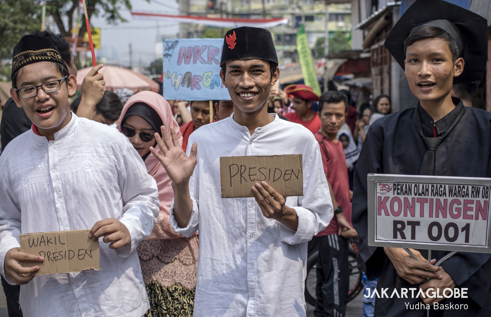 Residents with a passing resemblance to President Joko 'Jokowi' Widodo and Vice President-elect Ma'ruf Amin participate in an Independence Day parade. (JG Photo/Yudha Baskoro)