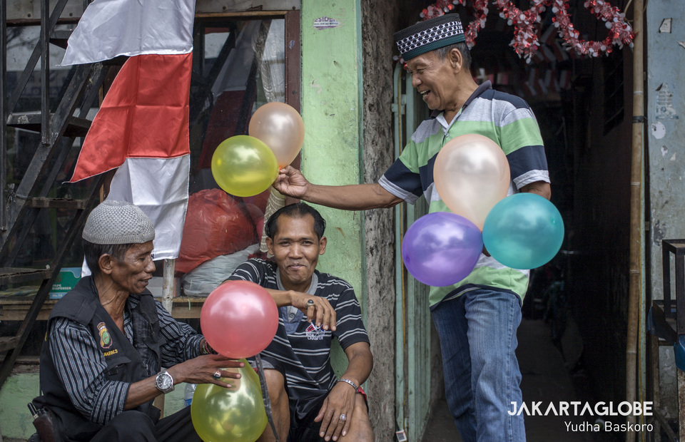 Men inflate balloons to liven up the area where the Independence Day celebrations are held in Petamburan. (JG Photo/Yudha Baskoro)