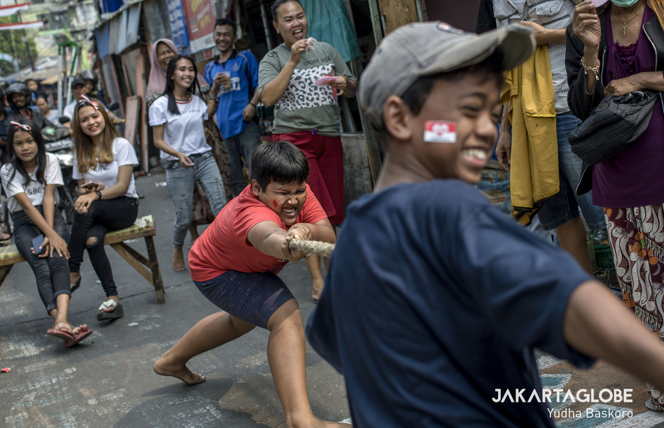 Boys participate in a tug-of-war competition. (JG Photo/Yudha Baskoro)