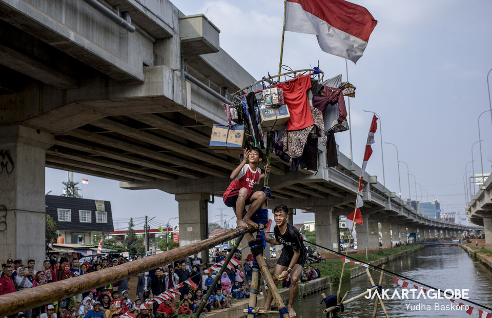 A participant blows a kiss after winning the pole-walking competition held under the Bekasi-Cawang-Kampung Melayu Elevated Toll Road in East Jakarta. (JG Photo/Yudha Baskoro)