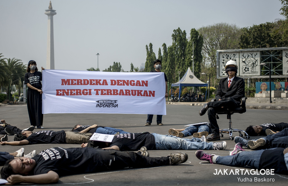 Environmental activists from #BersihkanIndonesia organization held a protest in front of State Palace, Central Jakarta on Monday (19/08). (JG Photo/Yudha Baskoro)