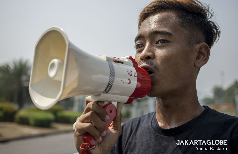 Resident who lost his home because of mining from Cilacap, Central Java gives oration during protest in front of the State Palace, Central Jakarta on Monday (19/08). (JG Photo / Yudha Baskoro)