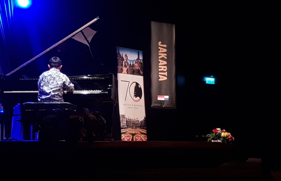 One of the winning candidates plays a folk song during Sunday's concert. (JG Photo/Nur Yasmin)