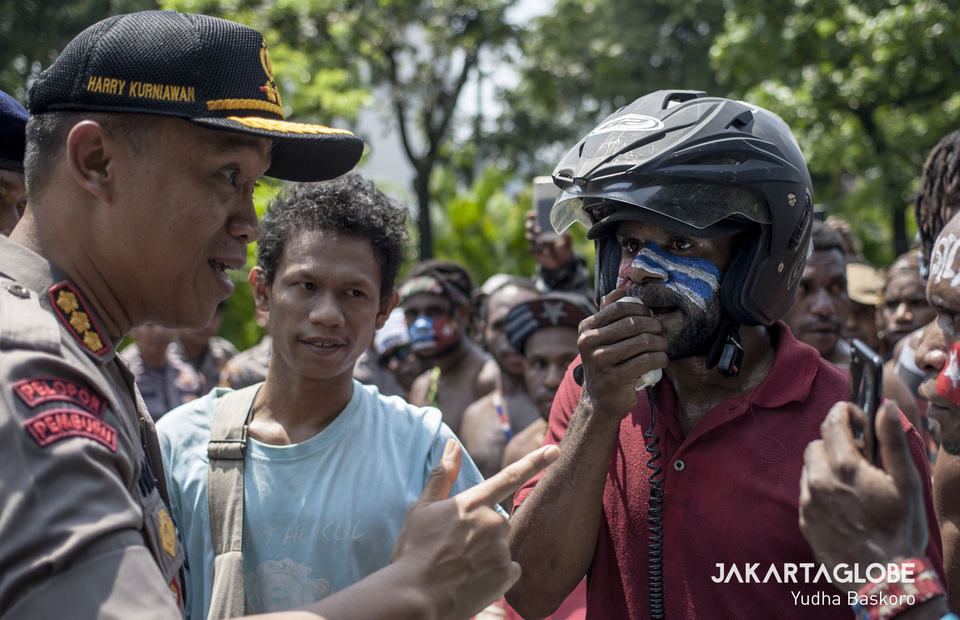 A police negotiates with protesters before they held a long march to State Palace, Central Jakarta on Thursday (22/08). (JG Photo/Yudha Baskoro)