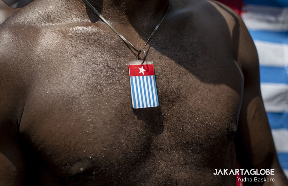 Protester wear a necklace and other accesories related to West Papua during long march on Thursday (22/08). (JG Photo/Yudha Baskoro)