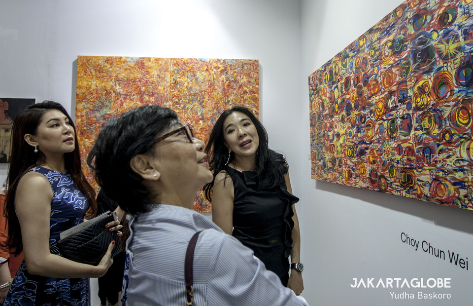 Visitors admire works by Malaysian painter Choy Chun Wei during Art Jakarta 2019. (JG Photo/Yudha Baskoro)