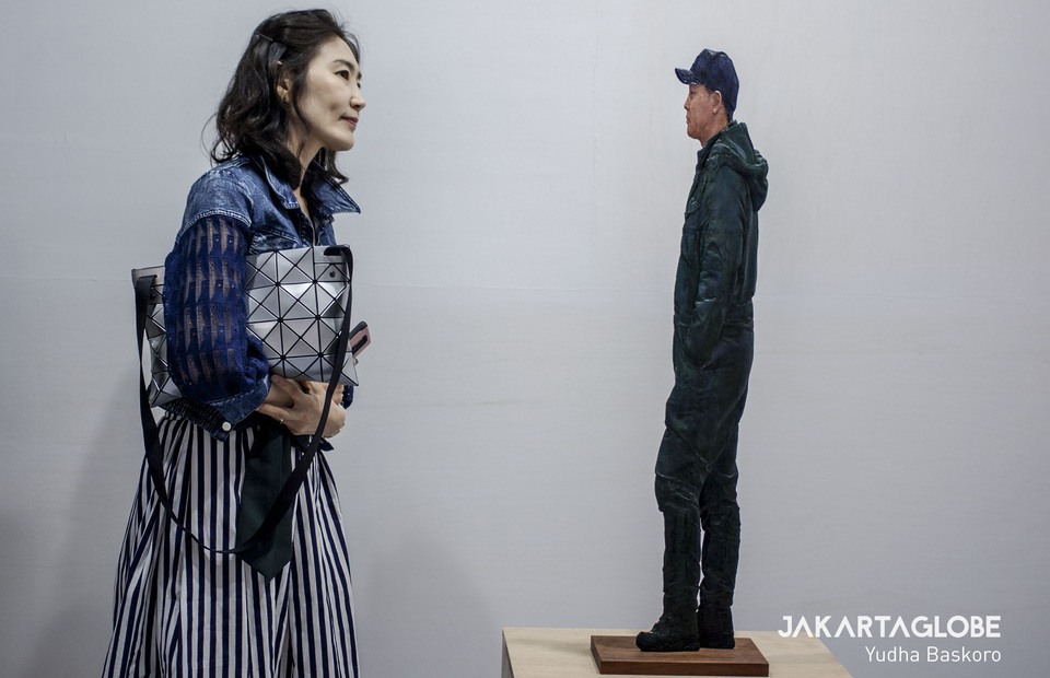 A woman observes a stereoscopic sculpture by South Korea's Yi Hwan-kwon. (JG Photo/Yudha Baskoro)