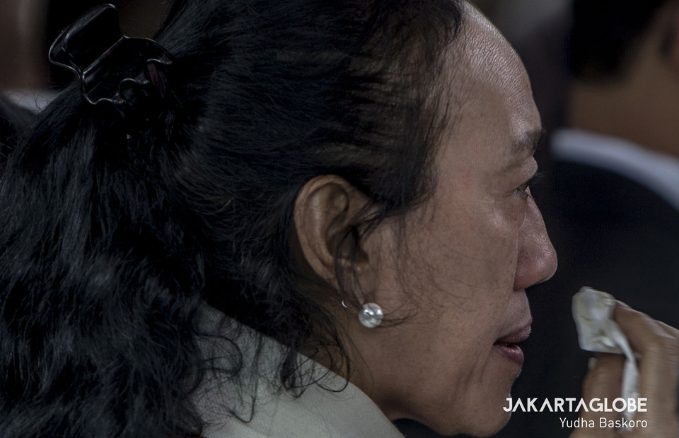 A woman cries while President Jokowi delivers his obituary. (JG Photo/Yudha Baskoro)