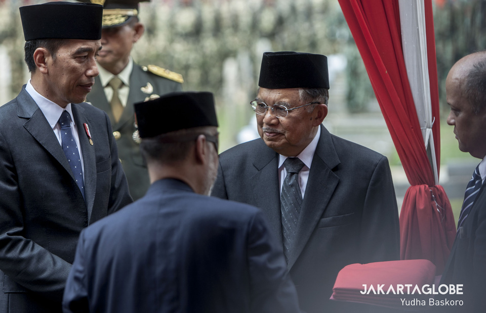 President Joko 'Jokowi' Widodo and Vice President Jusuf Kalla talk to the late president's sons, Ilham Akbar Habibie and Thareq Kemal Habibie. (JG Photo/Yudha Baskoro)