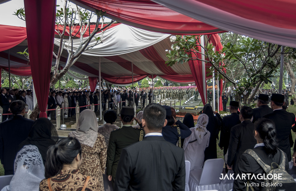 Colleagues, relatives and friends pay their last respects to President B.J. Habibie. (JG Photo/Yudha Baskoro)