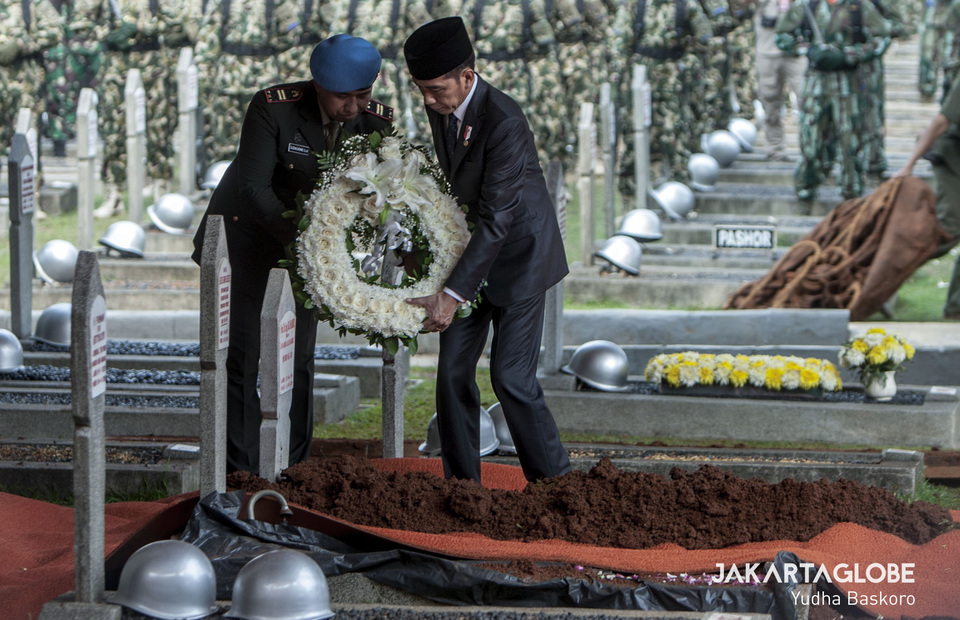 President Jokowi puts a wreath on B.J. Habibie's grave. (JG Photo/Yudha Baskoro)