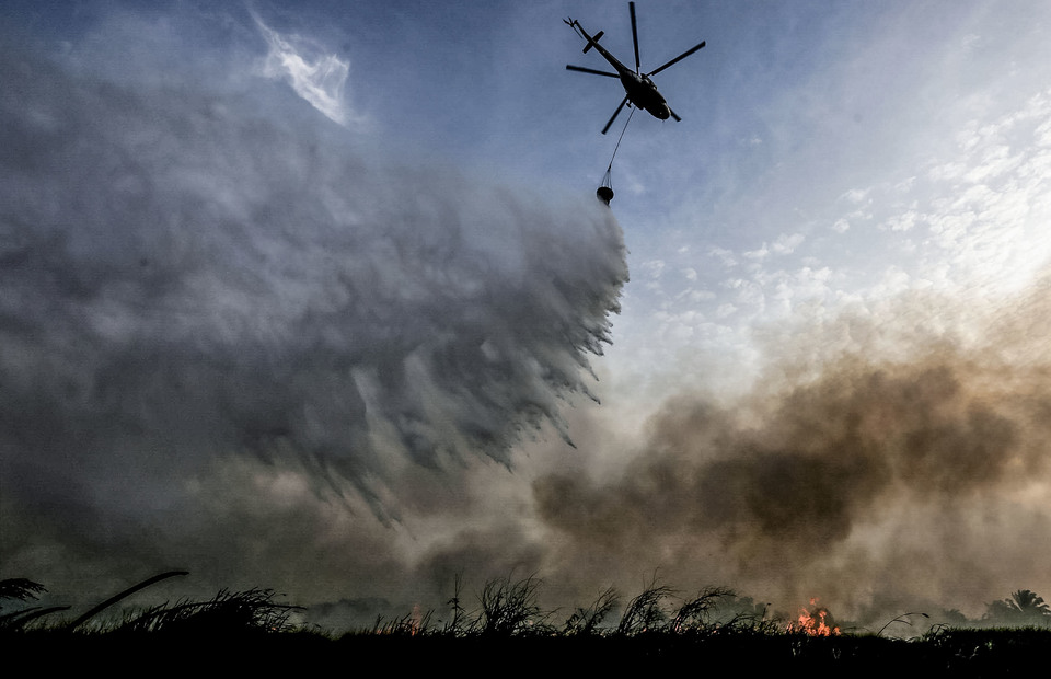 Officers extinguished land fires using MI8 helicopters owned by the National Disaster Management Agency (BNPB) in Sukarame Village, Pemulutan, Ogan Ilir, South Sumatra on Monday (02/09). (Antara Photo/Mushaful Imam)