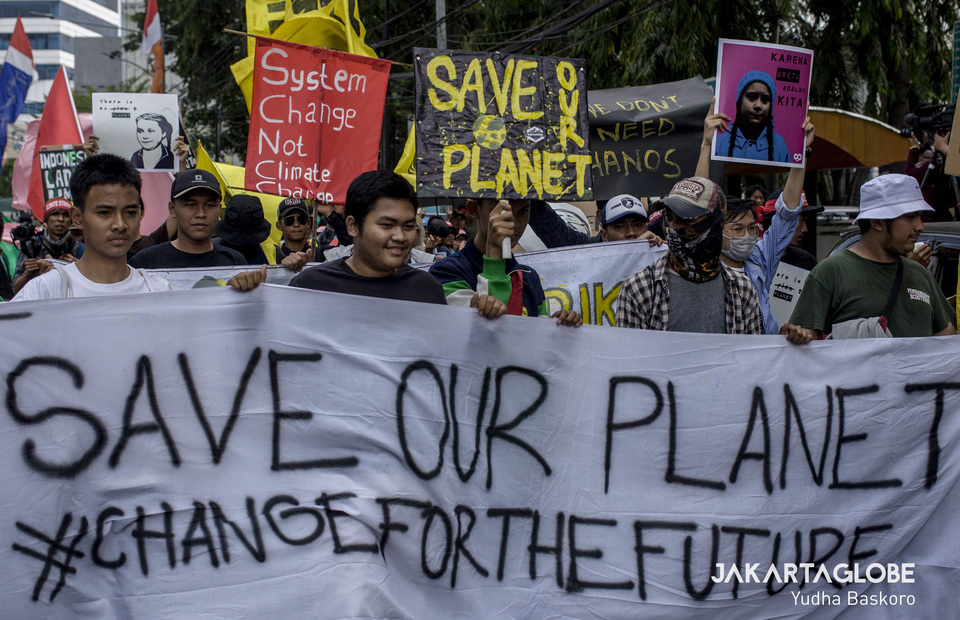 Young activists and students dominate and lead the global climate strike in Central Jakarta on Friday (20/09). They bring placard that reads save our planet #changeforthefuture. (JG Photo/Yudha Baskoro)