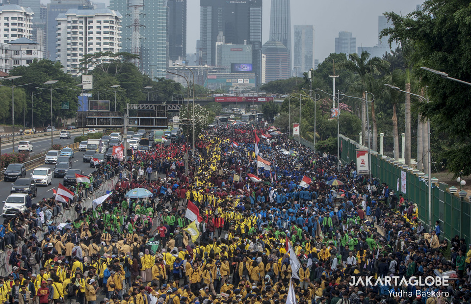 Students from various parts of the country are seen gathered in front of the national legislative complex in Senayan on Tuesday. (JG Photo/Yudha Baskoro)