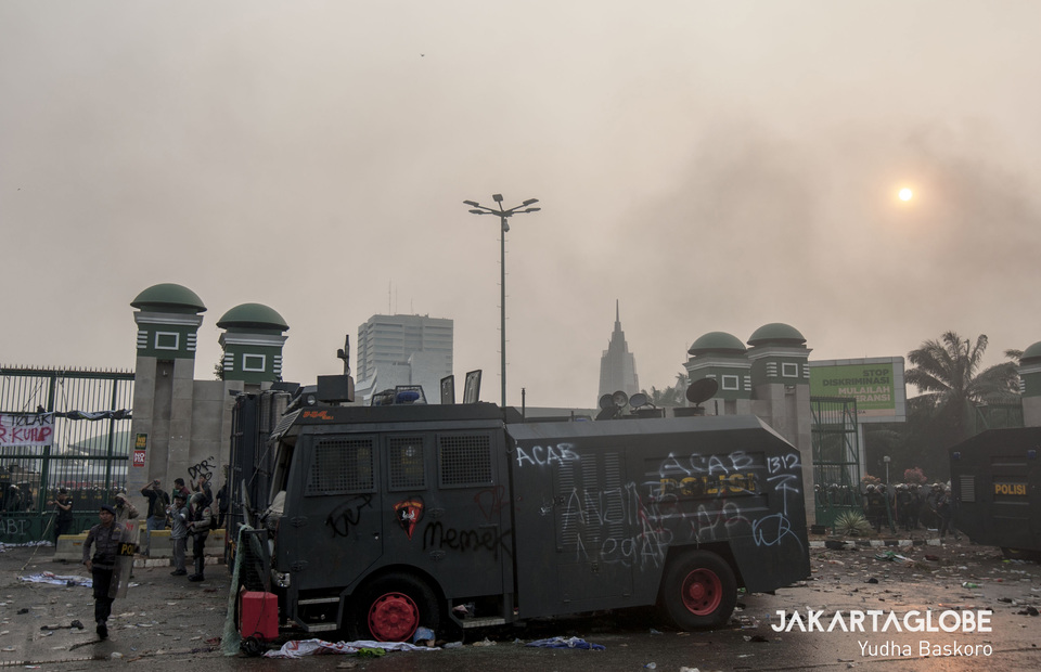 A vehicle belonging to the National Police that was damaged in the riot. (JG Photo/Yudha Baskoro)