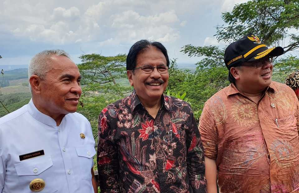 From left: East Kalimantan governor Isran Noor, land reform minister Sofyan Djalil and national development planning minister Bambang Brodjonegoro during a visit to Penajam Paser Utara district, East Kalimatan,  Oct. 2, 2019. [Beritasatu Photo/Primus Dorimulu]