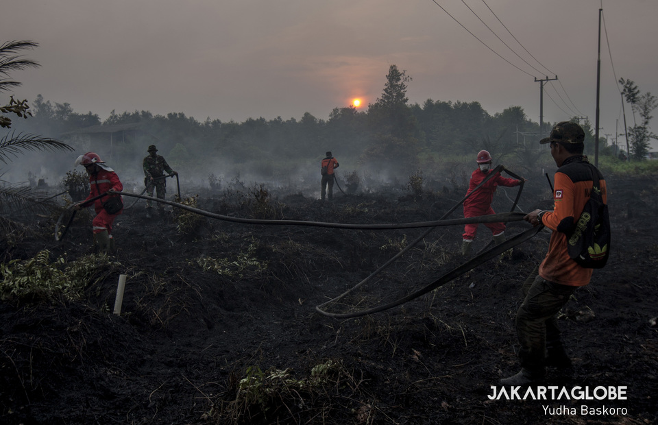 Firefighters have been joined by Army soldiers and volunteers to try to put out the fires in Katingan, Central Kalimantan on Tuesday (01/10). (JG Photo/Yudha Baskoro)