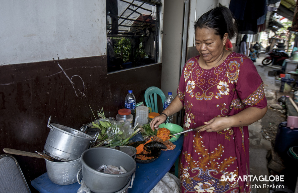 A woman cooks a lunch in her small kitchen at Kampung Akuarium, in Penjaringan, North Jakarta on Wednesday (09/10). (JG Photo/Yudha Baskoro)