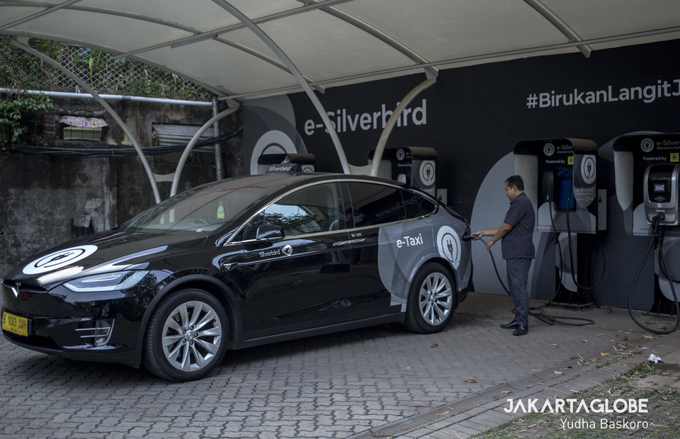 A driver charges Tesla Model x75D A/T for Silverbird services at Silverbird charging station in Mampang, South Jakarta on Friday (11/10). (JG Photo/Yudha Baskoro)