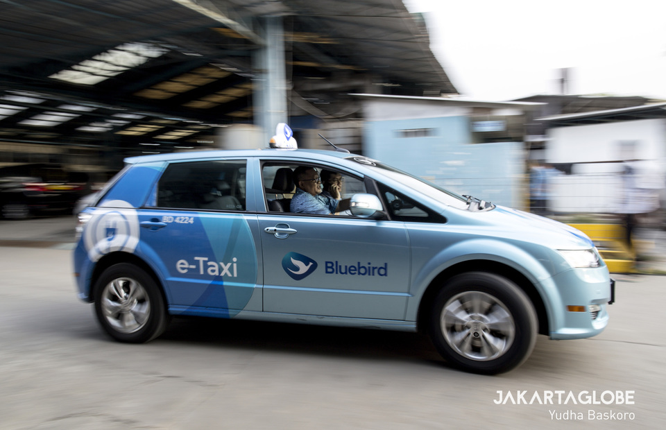 A Blue Bird e-taxi leaves the charging station with a passenger. (JG Photo/Yudha Baskoro)
