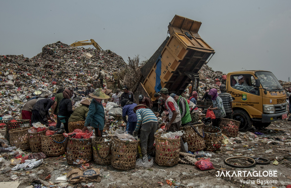 Scavengers gather around Berak truck in Rawa Kucing landfill at Kota Tangerang, Banten on Monday (14/10). Trucks that spit out garbage loads are called by scavengers as a Berak truck. (JG Photo/Yudha Baskoro)