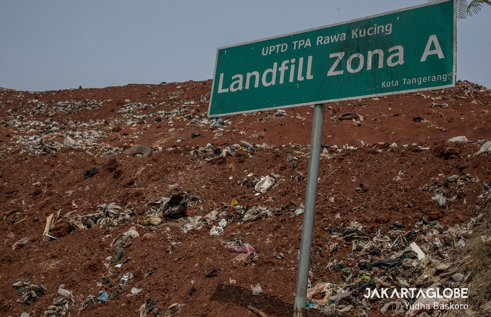 Rawa Kucing landfill authorities cover the garbage dump with sand to decrease its bad odor. (JG Photo/Yudha Baskoro)
