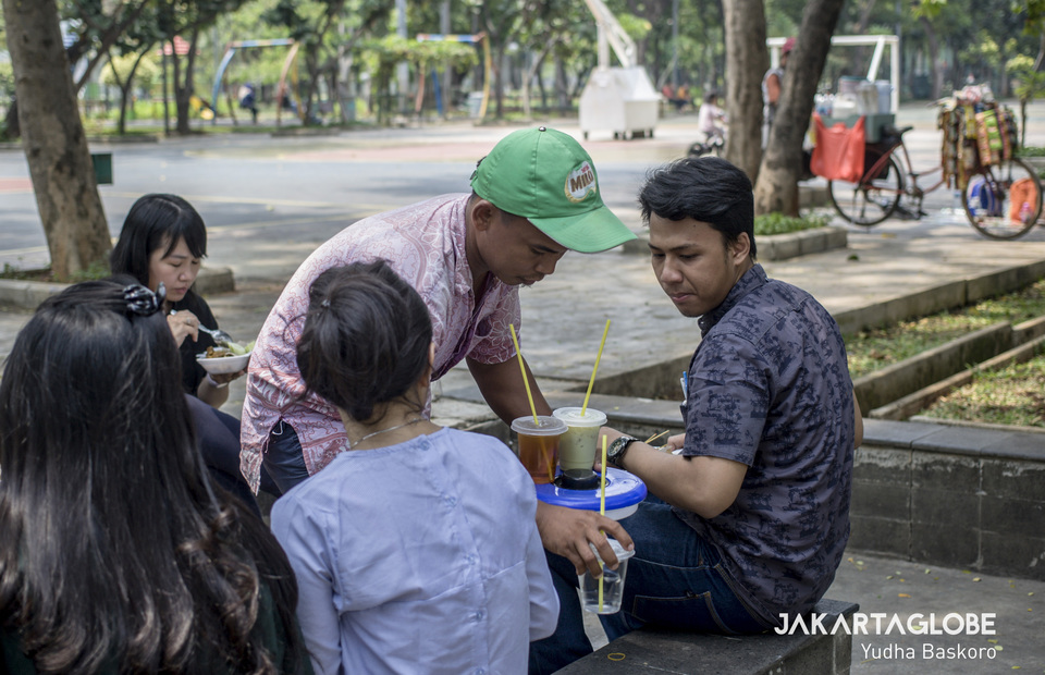 A starling serves some customers at Taman Menteng, Central Jakarta on Wednesday (16/10). (JG Photo/Yudha Baskoro)