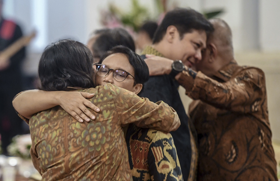 Minister of Foreign Affairs Retno Marsudi embraced Minister of Finance Sri Mulyani in a cabinet kerja farewell party at the State Palace, Central Jakarta on Friday (18/10). (Antara Photo/Akbar Nugroho Gumay)