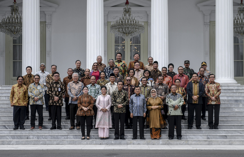 President Joko Widodo accompanied by First Lady Iriana Joko Widodo along with Vice President Jusuf Kalla and Mrs. Vice President Mufidah Jusuf Kalla posed with the working cabinet ministers before the farewell ceremony at the State Palace, Jakarta, on Friday (18/10). (Antara Photo/Akbar Nugroho Gumay)