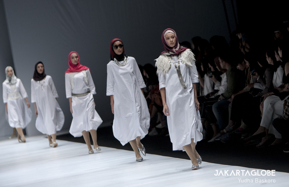 Models display a creation by Yoakeh, a hijab label made by Japanese director Zenta Yoshie at the 2020 Jakarta Fashion Week in Senayan City Mall, Central Jakarta on Tuesday (22/10). (JG Photo/Yudha Baskoro)