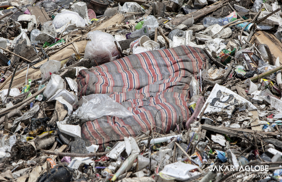 A mattress seen at garbage canal of Kali Jamber River in Bekasi, West Java on Wednesday (30/10). (JG Photo/Yudha Baskoro)