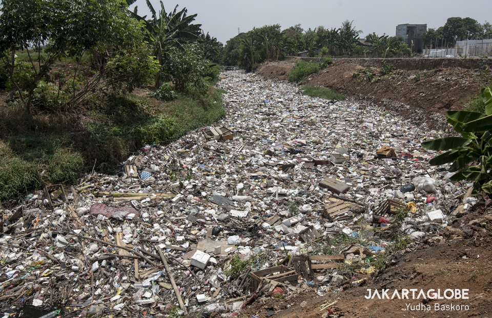 200 meters garbage canal in Kali Jambe River at Bekasi, West Java on Wednesday (30/10). (JG Photo/Yudha Baskoro)