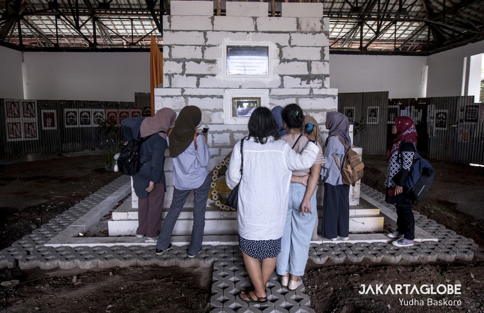A few women visitors gather in front of Marsinah Monument, an artwork from Moelyono, Indonesian based artist. (JG Photo/Yudha Baskoro)
