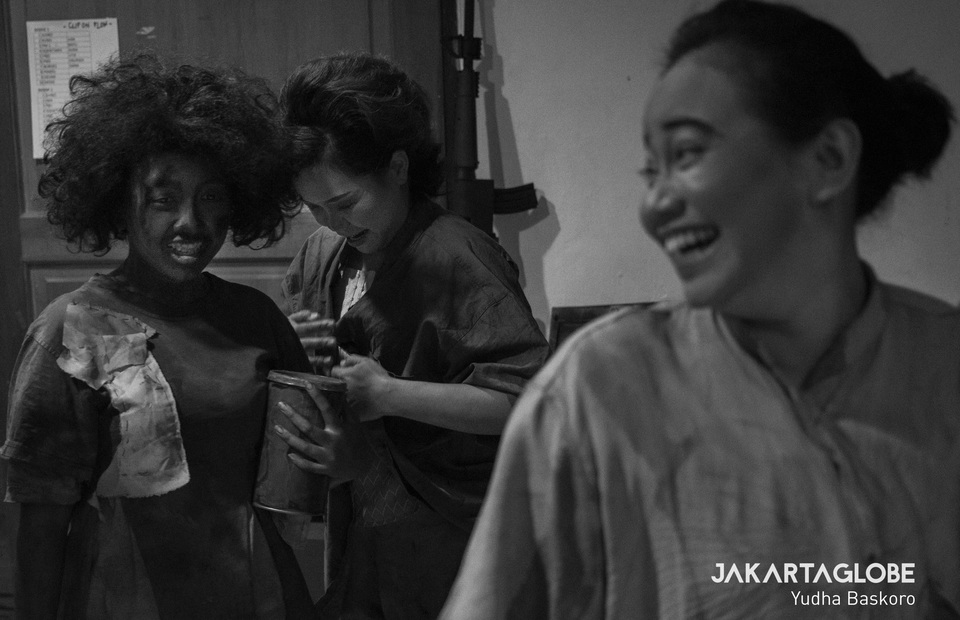 Hapsari Andira (Jinten) and Suntea Sisca (Mariem) prepare their dress at the backstage. (JG Photo/Yudha Baskoro)