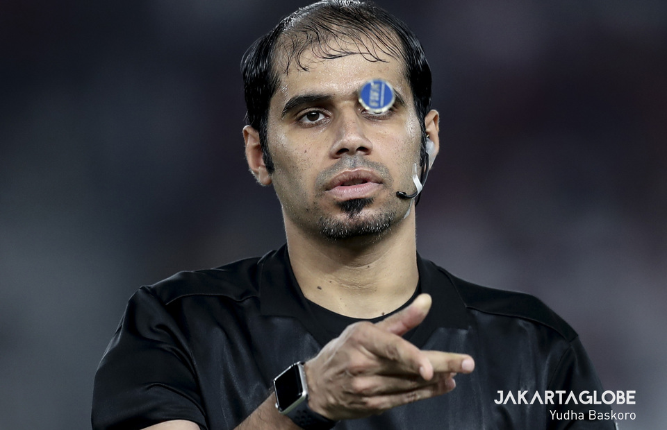 Referee Mahmood Salim tosses a coin before a match between Indonesia against North Korea. (JG Photo/Yudha Baskoro)