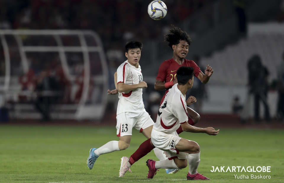 Bagus Kahfi past dribbles past two North Korea defender. (JG Photo/Yudha Baskoro)