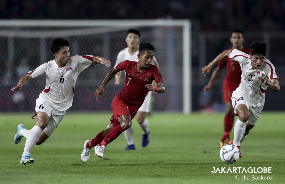 Indonesia middlefier, Beckham Putra dribbles past North Korea defender Ri Kum Hyon and Ra Nam Hyon. (JG Photo/Yudha Baskoro)
