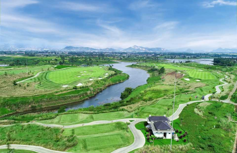 Signature hole 4-par 3 on left with a hole 6-par 5 on the right with a beautiful vista of mountains, hills and a lake for an unforgettable golfing experience. (Photo Courtesy of Parahyangan Golf Bandung)