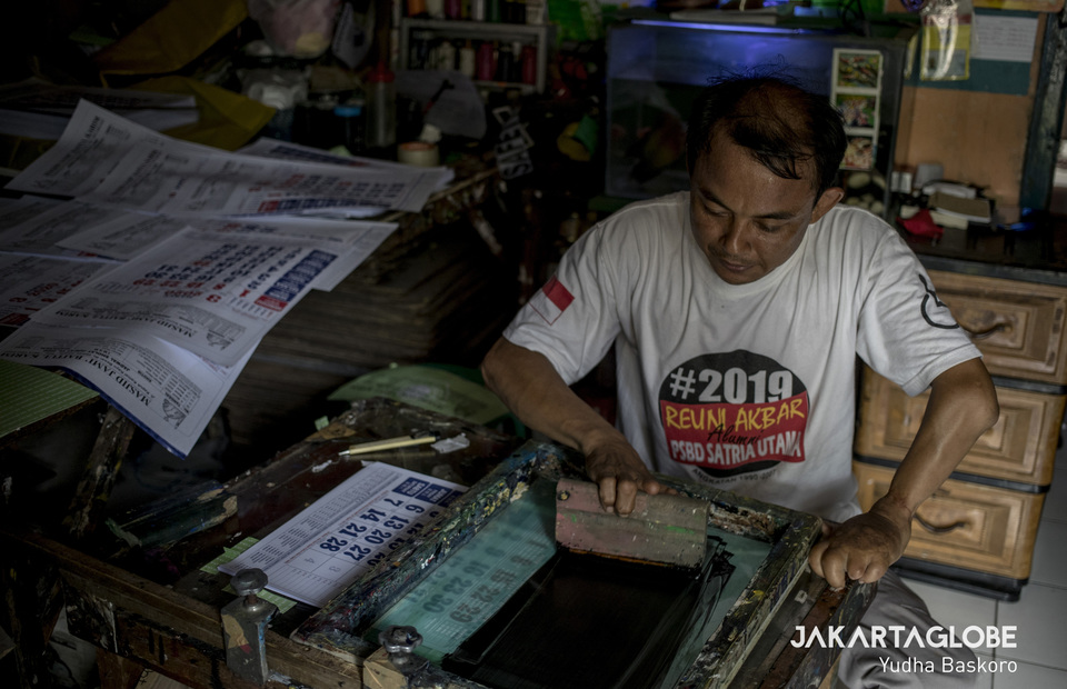Oding works at his home in Cengkareng, West Jakarta on Monday (11/11) Outside the pitch, Oding is screen printing artisan since 2005. (JG Photo/Yudha Baskoro)