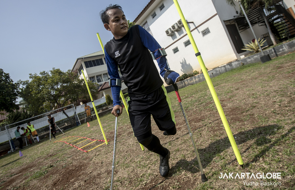 Oding practiced using crutches modified from medical equipment. (JG Photo/Yudha Baskoro)
