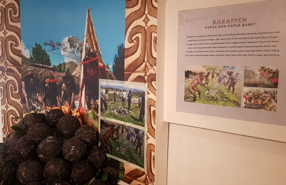 An informative board on 'Barappen', a cooking method among Papuan tribes which uses hot stones, at the Diversity of Papuan Culture exhibition, at Thamrin, Jakarta, on Monday. (JG Photo/Nur Yasmin)