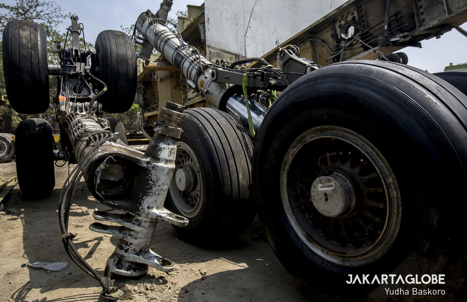 Aircraft tires still look sturdy set aside behind the fokker f50 aircraft that has been split up. (JG Photo/Yudha Baskoro)